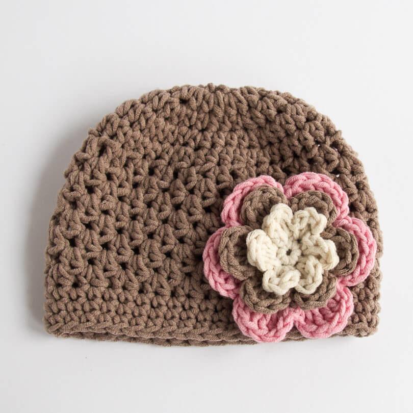 Szydełkowa czapeczka z kwiatem - Jasny brąz