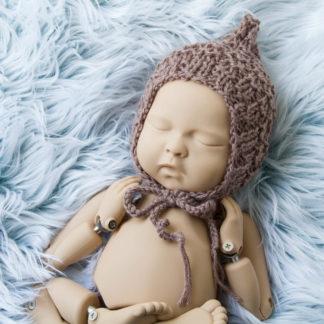 Brązowa czapeczka pixi dla noworodka, sesja foto