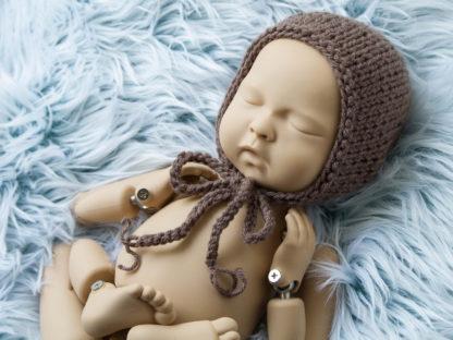 Brązowa klasyczna czapeczka bonetka dla noworodka